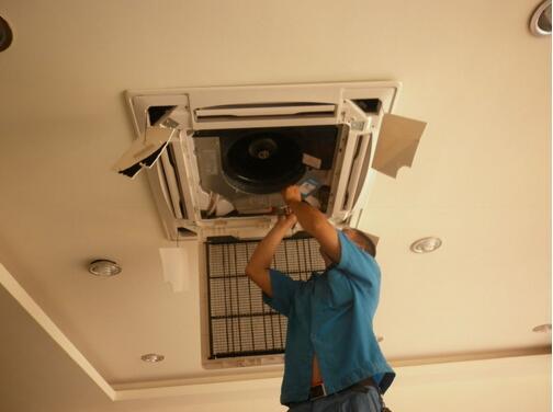 北京空调移机服务流程:   1、客户空调移机前通过联系电话010-82698888与我们的客服进行咨询;   2、客服了解您的空调类型及楼层给您报价,并安排空调移机人员;   3、公司统一调度,根据您的位置,就近安排空调移机人员;   4、如与搬家服务一起进行时,搬家前在合同中声明此项,保障您的物品安全;   5、搬运工作结束,为客户提供发票;   北京空调移机服务优势:   1、四通搬家北京空调移机工人均为培训上岗,拥有专业技术,并了解各种类型空调的工作原理及设置;   2、四通搬家北京空调移机、